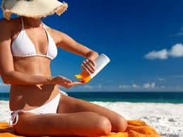 Fotoproteccion solar mujer playa